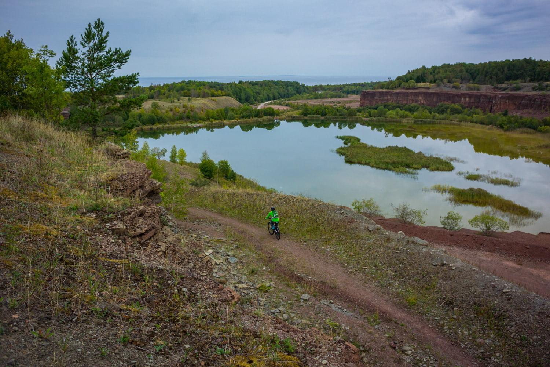 Mysig cykling vid och omkring Kinnekulle stenbrott med vy över Vänern