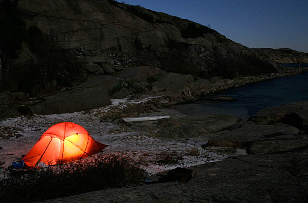 Ralfs tält upplyst av gaslykta och måne!