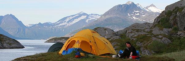 Pia utanför tältet på Tomma, suverän tältplats, kanonutsikt på nästan alla håll och bra valspaningsläge!