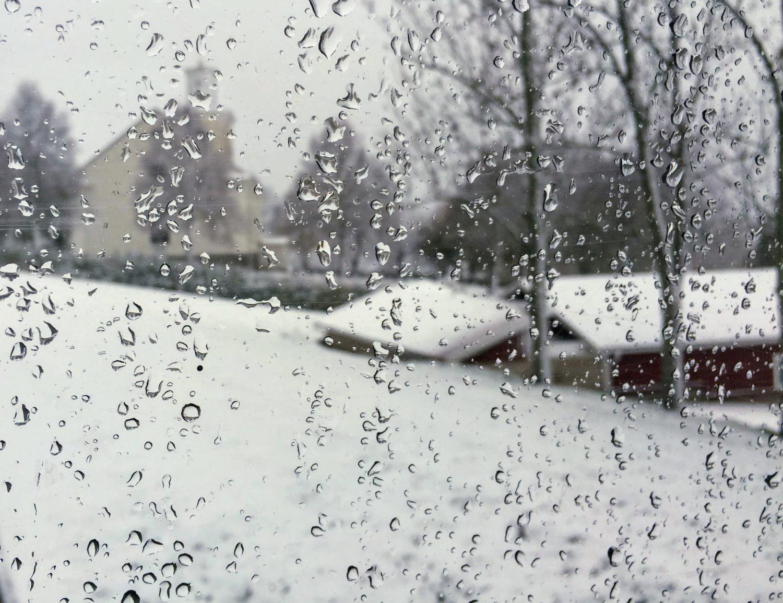 Vitt utanför stugbilsfönstret