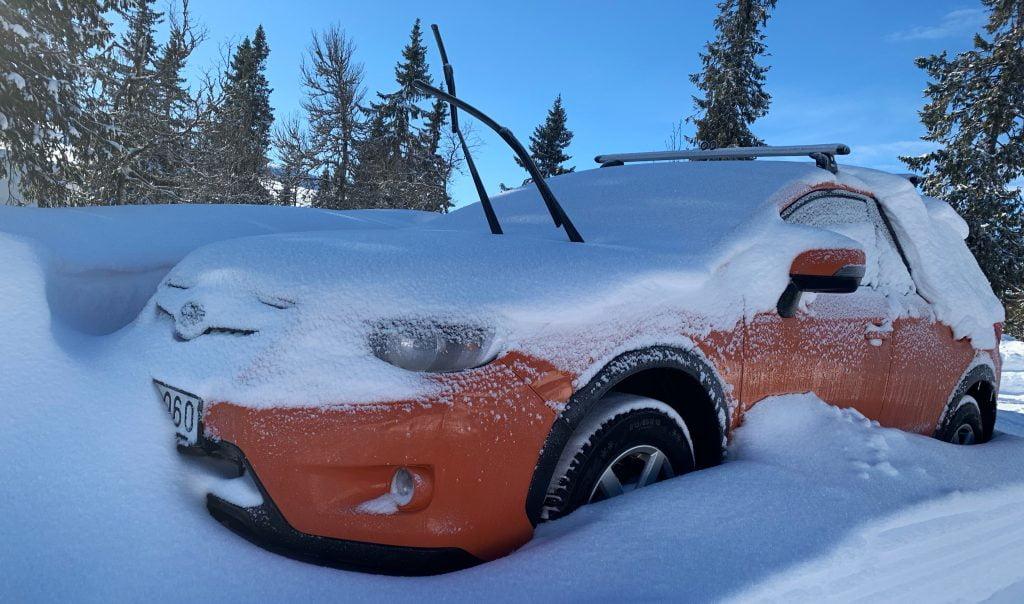 Bilen lite lätt insnöad, det kom mera snö efter det! :)