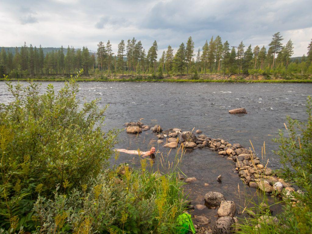 Rullbad i Trysilelva en bit norr om Trysil. Klart vatten och gott rullbad