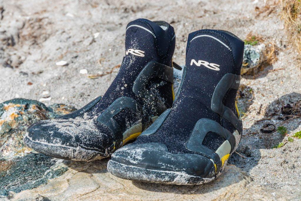 NRS Freestyle neoprenskor som är lagom rejäla och har lagom tjock sula. Perfekta utanpå torrdräktens eller byxornas fötter