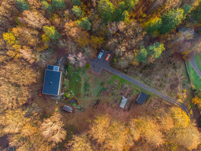 Huset och del av tomten rakt uppifrån