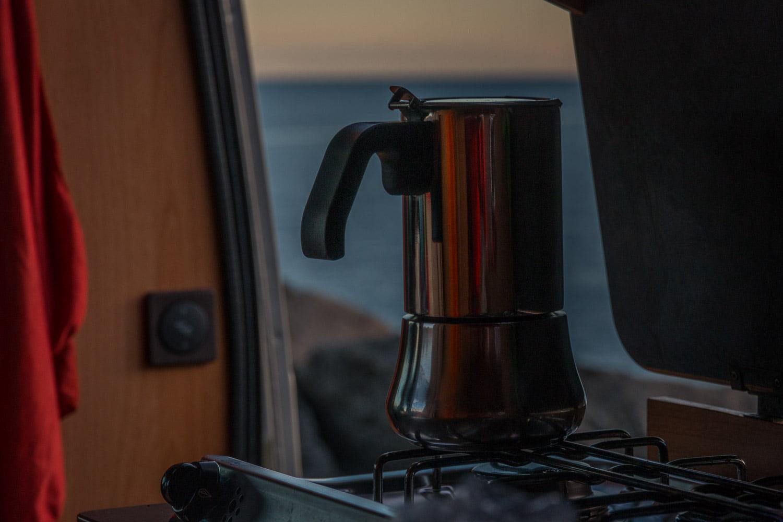 Mokkabryygare på spisen i stugbilen. Gott kaffe med vy